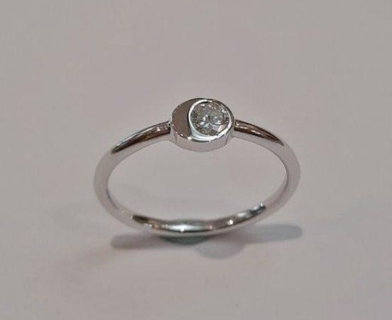 18KT. WHITE GOLD & DIAMOND RING