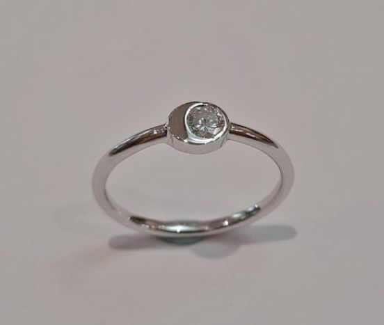 18KT. WHITE GOLD & DIAMOND RING