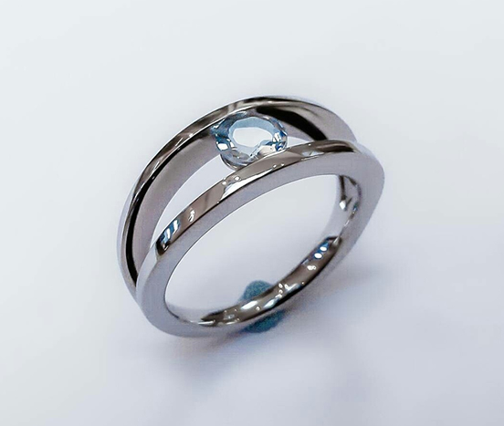 18ct. White gold & aquamarine engagement ring.