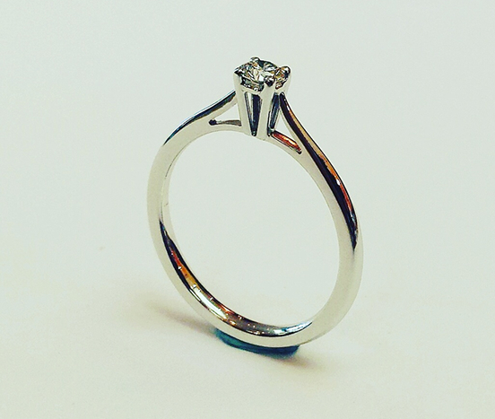18ct. White gold & diamond engagement ring.