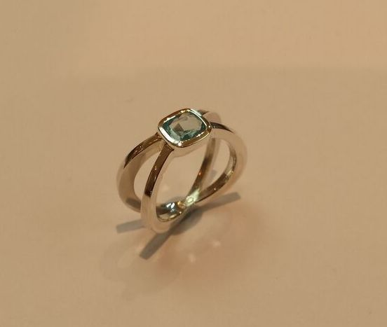 STERLING SILVER & BLUE ZIRCONITE RING